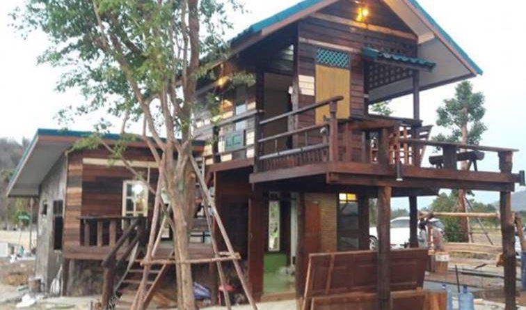 บ้านสองชั้นกลางทุ่งนา สวยเรียบง่าย สร้างด้วยไม้เก่า