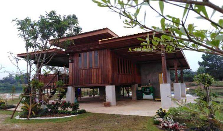 บ้านสวนริมคลอง ขนาดกะทัดรัด สร้างจากไม้เก่า