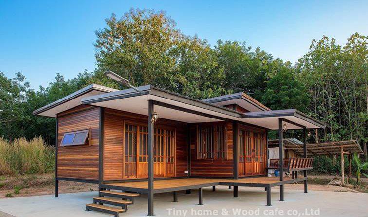 บ้านไม้น็อคดาวน์ยกพื้นขนาดเล็ก ตกแต่งด้วยผนังไม้ ดีไซน์คลาสสิก