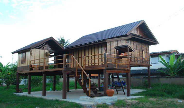 บ้านไม้ยกพื้นสูง ทรงไทยโบราณ พร้อมระเบียงชมวิวธรรมชาติ
