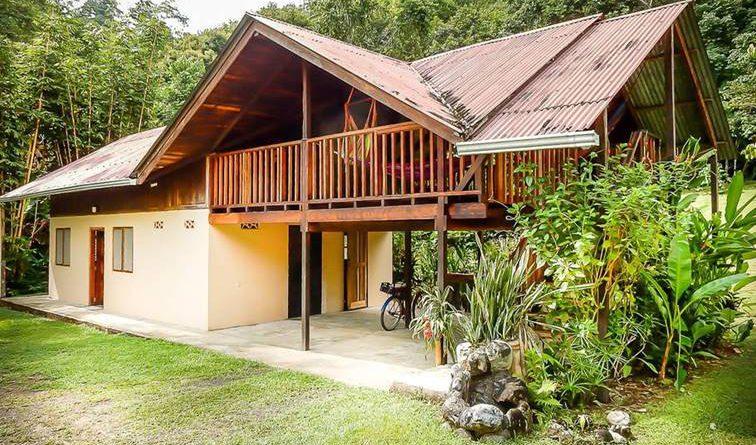 บ้านไม้กึ่งปูนขนาดชั้นครึ่ง ออกแบบโปร่งสบายกับธรรมชาติ