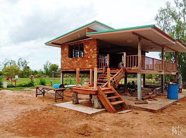 บ้านไม้กลางทุ่งนาโอบล้อมไปด้วยธรรมชาติ เหมาะสร้างไว้พักผ่อน