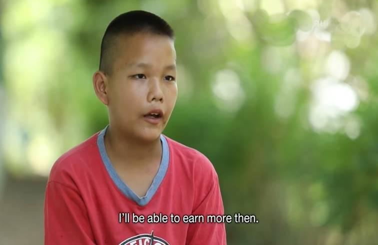 เด็กชาย ชั้น ป.6 ใช้เวลาหลังเลิกเรียน รับจ้างแบกกระสอบขี้ไก่กว่า 50 กิโล หวังทดแทนบุญคุณ