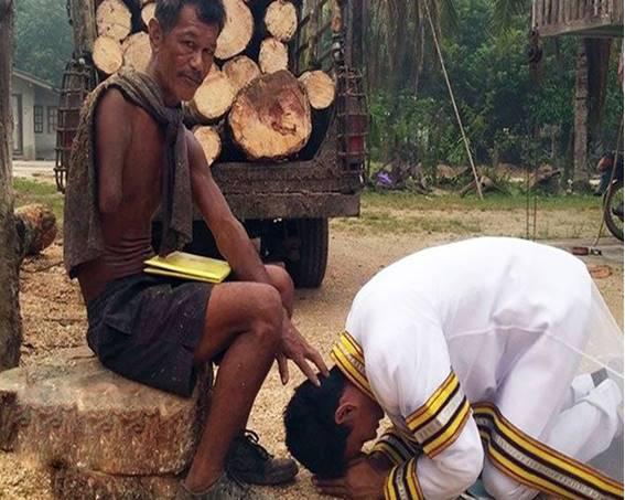 หนุ่มตรังสวมชุดครุย มอบใบปริญญาให้พ่อ ผู้ที่อยู่เบื้องหลังความสำเร็จนี้